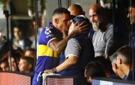 Khoảnh khắc 'í ẹ': Carlos Tevez cố tình hôn môi Diego Maradona