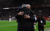 Mourinho và Ranieri phản ứng ra sao sau tấm thẻ đỏ của cầu thủ Fulham?