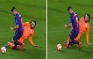 Suarez đạp chân đối thủ và Barca được hưởng... phạt đền