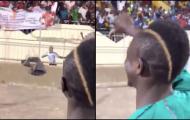 Sadio Mane 'vùi dập' đám đông với biểu ngữ Koulibaly gia nhập Man Utd