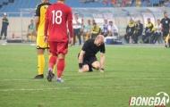 Hài hước: Trọng tài trận U23 Việt Nam nằm sân, phải nhờ sự chăm sóc của nhân viên y tế