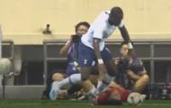 Khủng khiếp! Cầu thủ Tottenham tiếp tục bỏ bóng đá người Man Utd