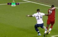 'Khi cậu ta phòng ngự, bạn luôn thấy trước thẻ vàng, thẻ đỏ hoặc penalty'