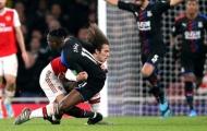 Thi triển 'bóng bầu dục', sao Arsenal suýt gây loạn đả tại Emirates