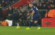 SỐC! Giở trò 'bẩn', Mourinho bị Mike Dean trừng phạt ngày đầu năm