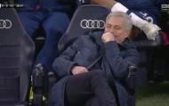 Mourinho ngồi phịch xuống ghế, tỏ vẻ thích thú và cười khảy