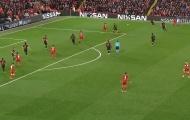 CHOÁNG! Lộ hình ảnh gây sốc ở bàn mở tỉ số của Liverpool