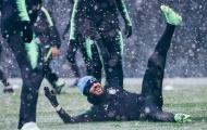 Dàn sao Man City đùa giỡn như con nít dưới tuyết lạnh lẽo