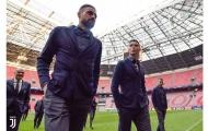 Ronaldo và dàn sao Juve đẹp 'không tưởng' rảo bước trên sân Johan Cruijff