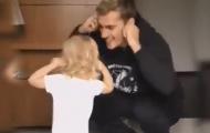 Griezmann chọc cười con gái bằng điệu nhảy siêu... ngố