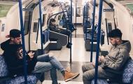 Bất ngờ với hình ảnh giản dị của sao bóng đá trên tàu điện ngầm