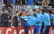 Cầu thủ tấn công fan nhằm thị uy 'trẻ không tha, già không bỏ'