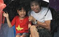 Cổ động viên Phú Thọ đội mưa cổ vũ cho U23 Việt Nam
