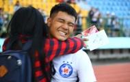 Tuyển thủ U23 Việt Nam 'đứng hình' khi bị fan nữ ôm chặt trên sân Gò Đậu