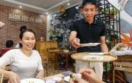 Cười vỡ bụng hình ảnh Hồng Duy - Đức Lương 'nhập vai' bồi bàn bánh ướt Cô Bông