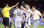 Cận cảnh cả đội SHB Đà Nẵng lao vào sân 'bao vây' trọng tài