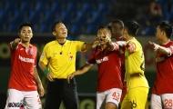 SỐC: Trọng tài quên rút thẻ đỏ, Bình Dương mất chiến thắng trên sân Gò Đậu