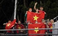 CĐV Việt Nam mang cờ đỏ sao vàng vào sân xem thầy trò HLV Park Hang-seo tập luyện