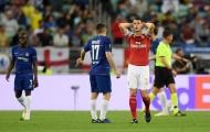 Arsenal đứng trên 'đôi chân' bằng đất sét