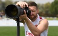 Mặc kệ đồng đội tập luyện, Mustafi 'thử việc' vai trò khác tại Arsenal