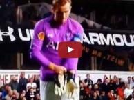 Harry Kane gây cười khi làm thủ môn bất đắc dĩ