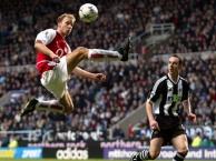 Vì sao gọi Bergkamp là nghệ sĩ sân cỏ?