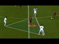 Những đường chuyền 'vi diệu' trong bóng đá