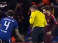 Phản ứng của Messi sau khi đòi trọng tài phạt thẻ bạn thân Fabregas