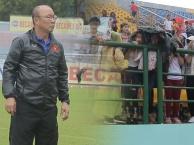 CĐV đội mưa xem U23 Việt Nam tại Bình Dương