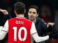 Hậu trường: Arteta, Oezil ăn mừng sau chiến thắng trước Man United