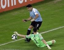Suarez bỏ lỡ không tưởng khi trước mặt chỉ còn mỗi thủ môn!