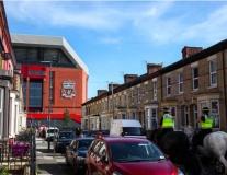 CĐV Liverpool tranh thủ lót dạ trước trận đánh lớn