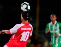Ronaldinho tái xuất cực chất, múa siêu phẩm kiến tạo hạ gục 'Vua bò cạp'