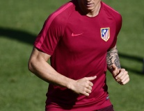 Torres cực điển trai trên sân tập trước trận gặp Bayern