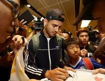 Vừa đặt chân tới Singapore, Morata bị fan cuồng vây kín