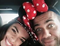 Alves 'quậy tưng' cùng người vợ xinh đẹp tại Disneyland