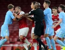 Wilshere đánh đối thủ, fan Arsenal vẫn bảo vệ ra mặt