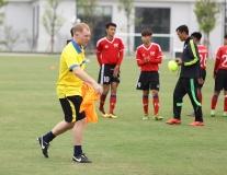 Scholes tự tay chuẩn bị áo tập cho các cầu thủ trẻ