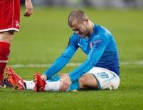 CĐV Arsenal thót tim trước cảnh Wilshere ôm chân nhăn nhó
