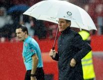 Mưa tầm tã trong ngày HLV bị ung thư của Sevilla tái xuất