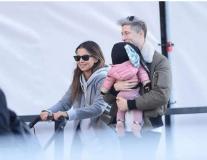 Lewandowski hạnh phúc bồng con cùng vợ đi dạo phố