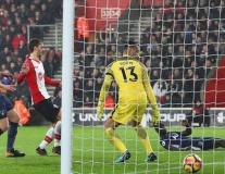 Hàng thủ Tottenham ngơ ngác trước pha đá phản lưới nhà của Davinson Sanchez