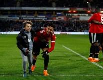 Sir Alex cười lớn nhìn dàn khán giả nhí tràn sân ôm lấy sao Man Utd