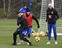 Giroud cân cả sân tập Chelsea, Mourinho có run sợ?