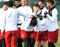 Van Dijk pha trò, sân tập Liverpool rộn tiếng cười