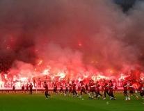 Fan Fenerbahce chơi sang, đốt pháo sáng cổ vũ đội nhà tập luyện