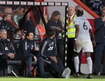 Bị thay ra, Paul Pogba có hành động xem thường Mourinho