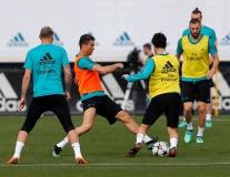 Barca khiêu khích, Real Madrid lặng lẽ tập luyện chờ Champions League