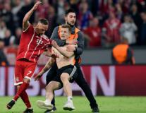 Bayern thất bại, fan cởi trần, túm áo Ribery 'hỏi tội'