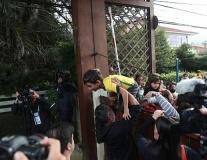 Fan nhí trèo rào, khóc lóc chỉ để xem Neymar đá tập